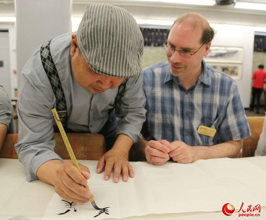Liu Shuling teaches Chinese calligraphy